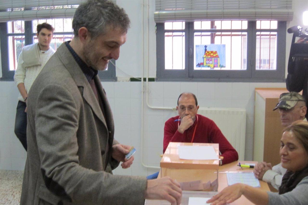 Óscar Urralburu Ejerciendo Su Derecho A Voto