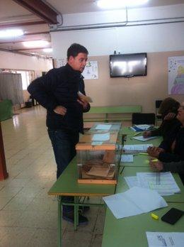 El secretario xeral del PSdeG, José Ramón Gómez Besteiro, en el colegio