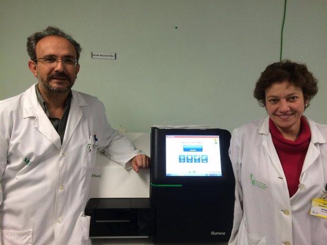 Los doctores Luis Fernández y Silvia Romero, junto al ultrasecuenciador