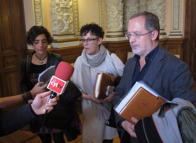 Manuel Saravia y Rafaela Romero junto a la representante de Mediación