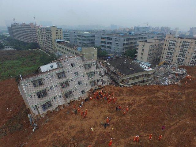 Equipos de rescate trabajan tras deslizamiento de tierra en Shenzhen (China)
