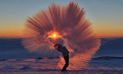 ¿Qué pasa si viertes agua caliente a -40º cerca del Círculo Ártico?