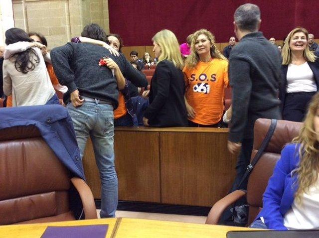 Diputados de Podemos con trabajadores del 061 en el Pleno