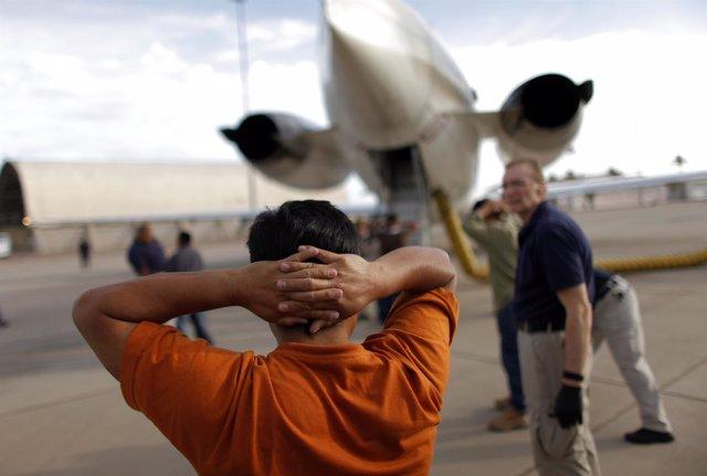 Inmigrantes Latinoamericanos Ilegales Son Deportados En EEUU Hacia Sus Países