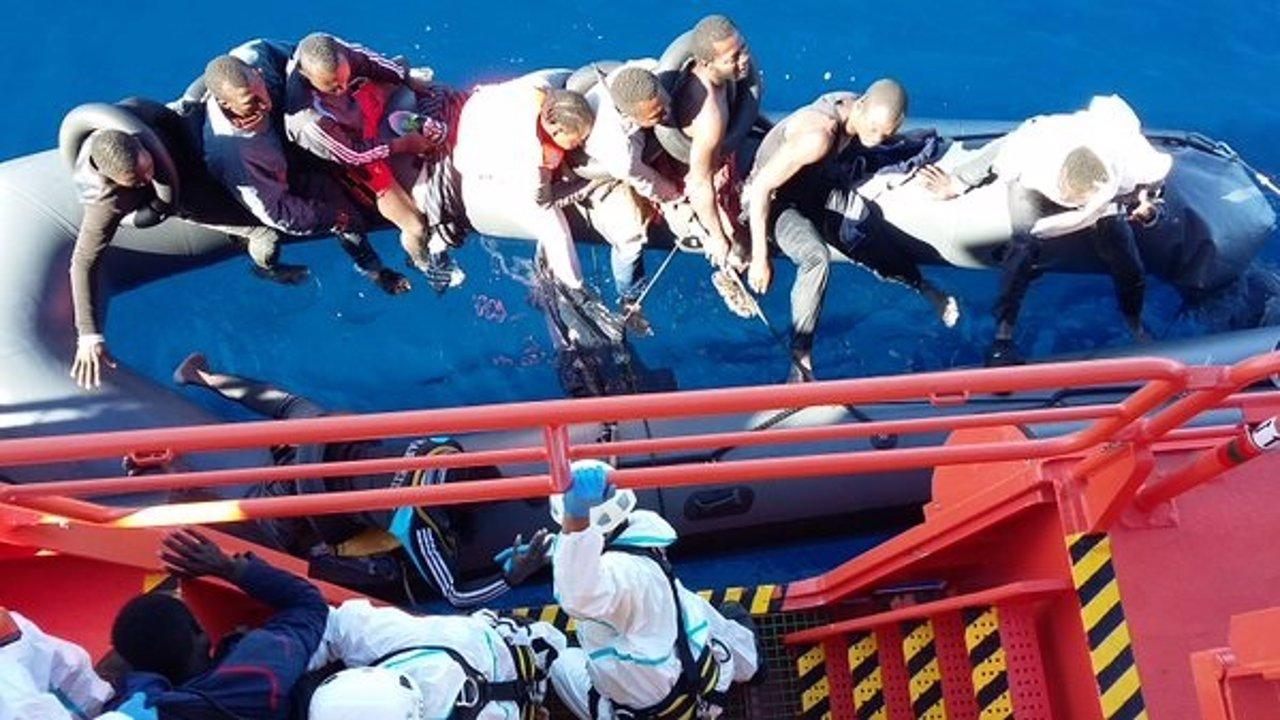 Rescate por Salvamento de la patera naufragada frente a las costas de Málaga