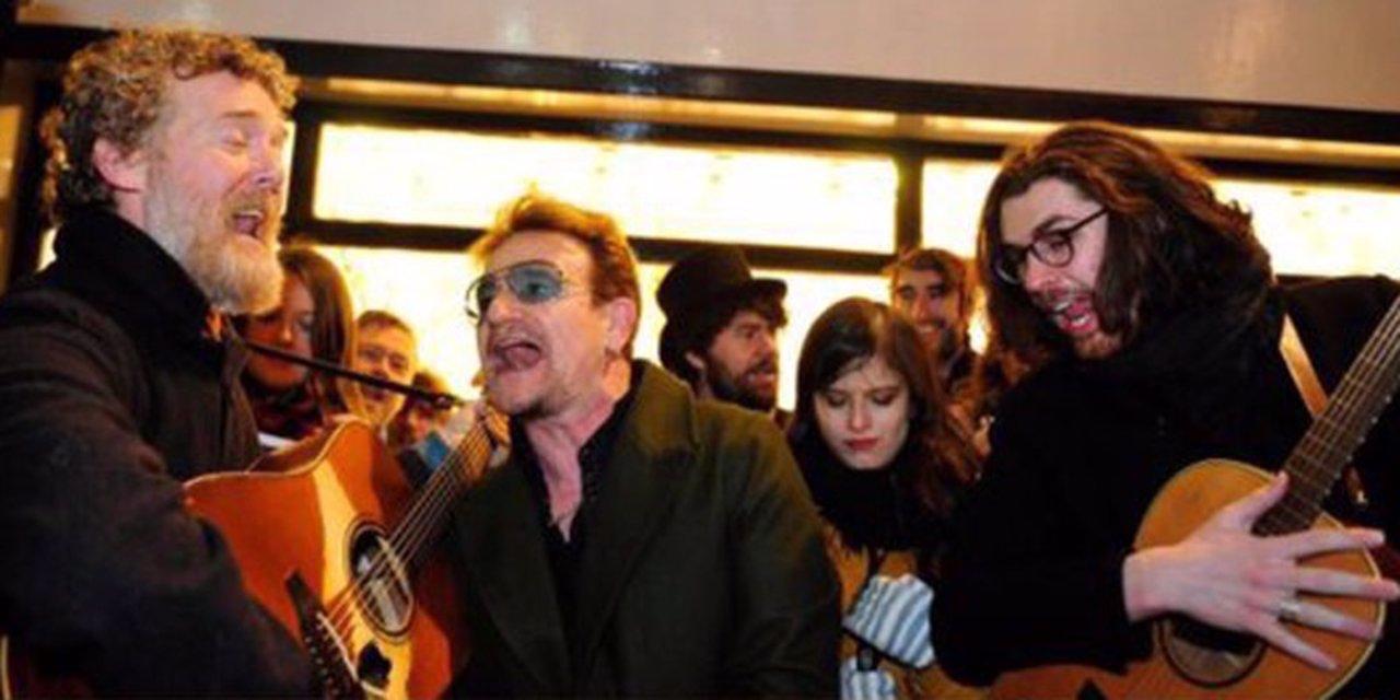 Bono cantando en las calles de Dublín