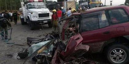 Mueren 15 personas en un accidente de un camión y un autobús en Bolivia