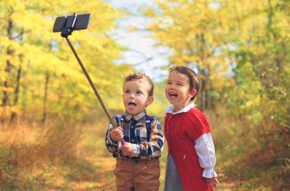 El primer teléfono móvil de los niños: enséñales a usarlo