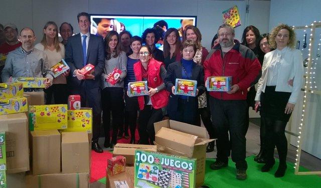 Entrega de juguestes de voluntarios de CaixaBank en Navidad.