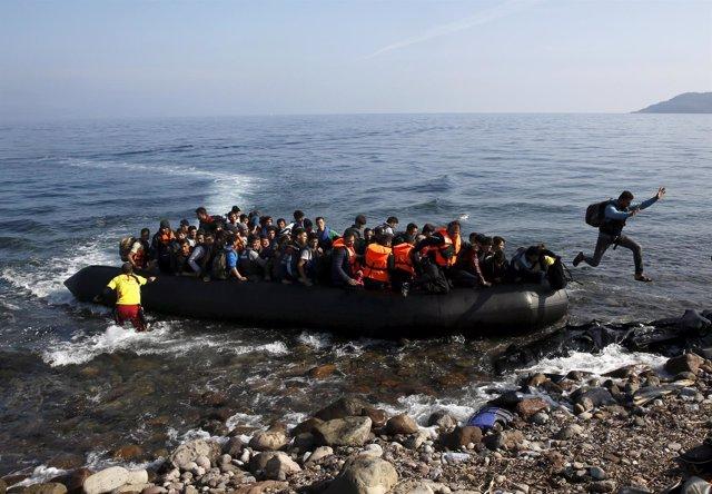 Una embarcación con refugiados llega a la isla griega de Lesbos