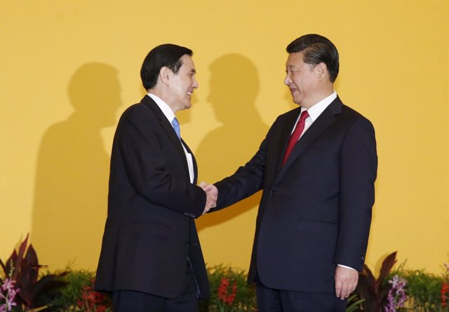 Apretón de manos entre el chino Xi Jinping y el taiwanés Ma Ying Jeou
