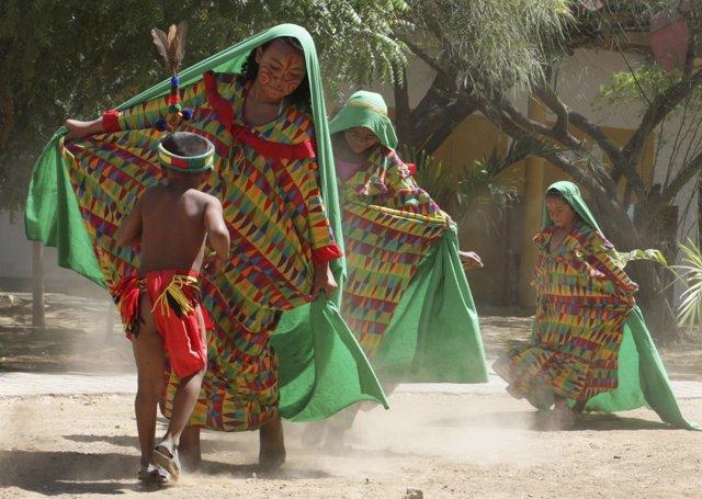 Mujeres Wayuu bailan en Uribia Colombia