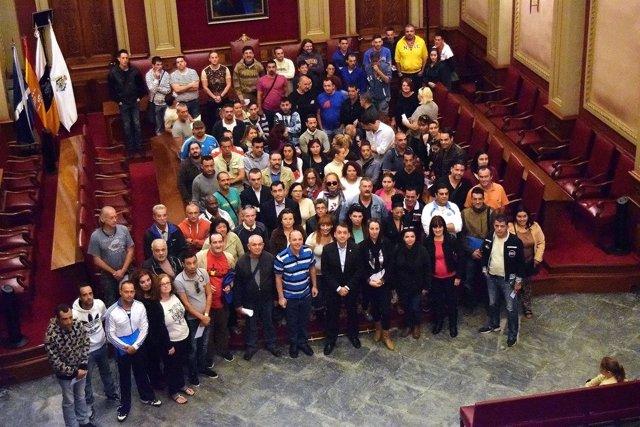 Foto de grupo de las 101 personas que han sido contratadas por el Ayuntamiento