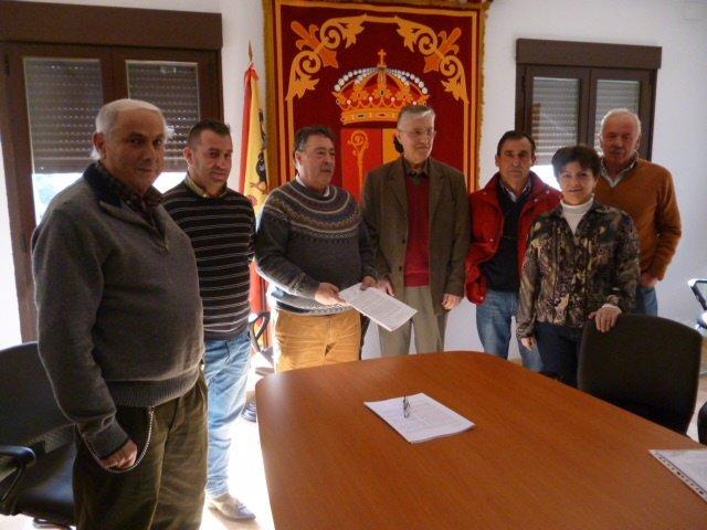 Entrega de firmas en Fuentepelayo
