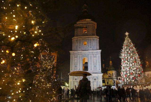 Decoración de Navidad ante la Catedral de Santa Sofía de Kiev