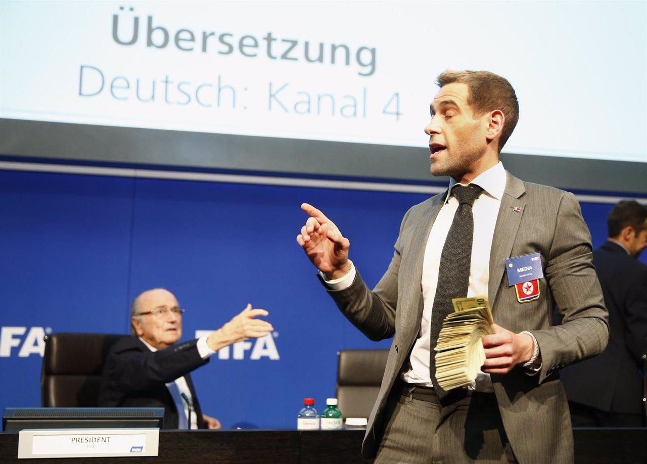 El comediante británcico Lee Nelson antes de arrojar billetes falsos a Blatter