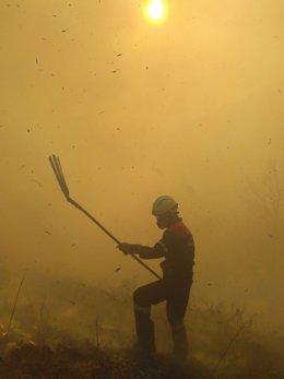 Bombero en la extinción de un incendio.