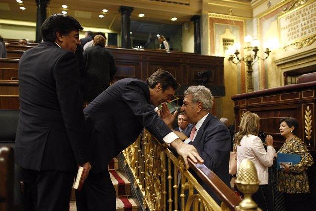 Rafael Hernando hablando con Jesús Posada