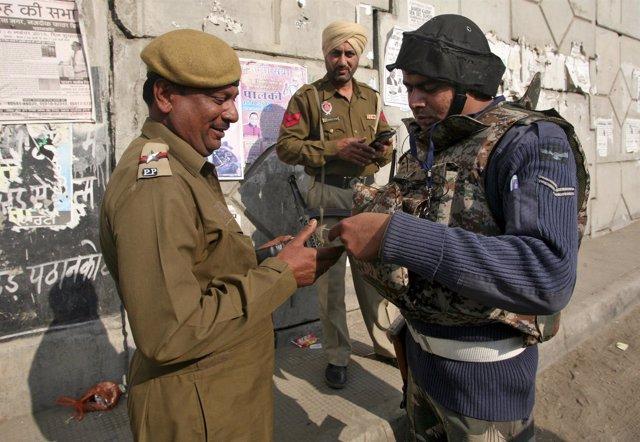 Soldados de la fuera aérea india comprueban los documentos de identidad