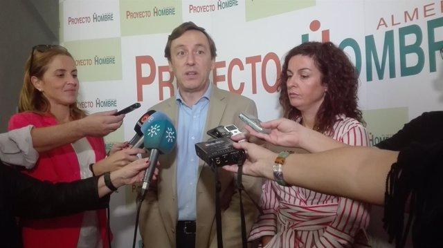 Rafael Hernando (PP) atiende a los medios