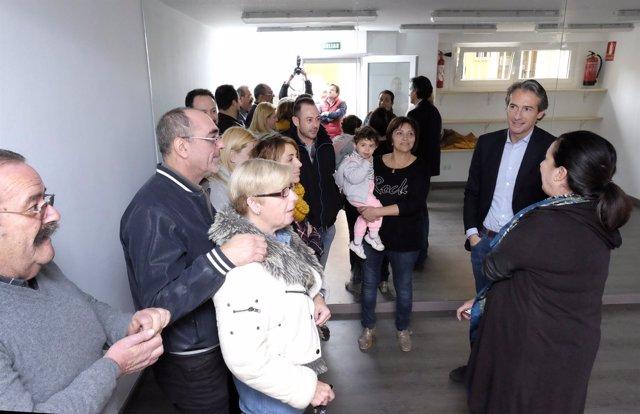 El alcalde visita el local de Sixto Obrador