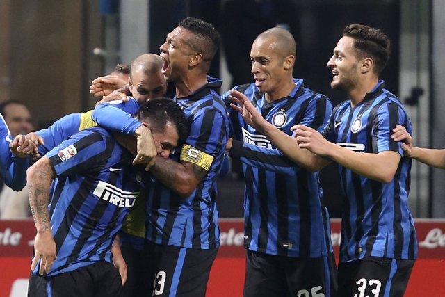El Inter de Milán celebra un gol de Medel