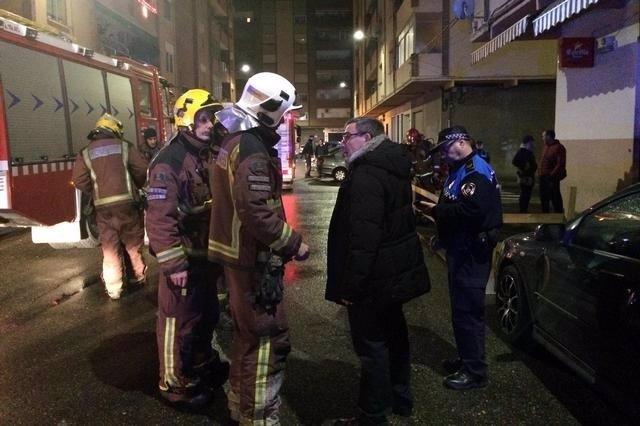 El alcalde de Lleida, Àngel Ros se personó en el incendio del barrio de Cappont