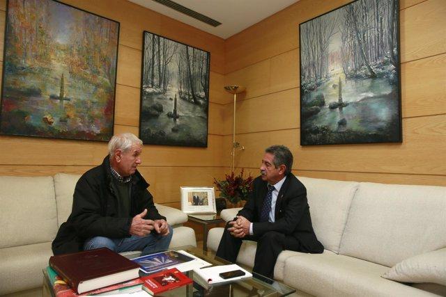 El presidente cántabro con el alcalde de Herrerías