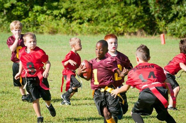 Niños jugando al rugby