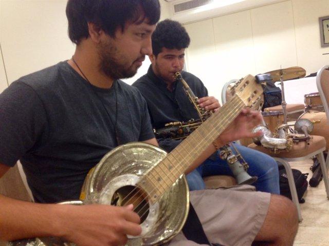 Jóvenes músicos durante el ensayo del concierto