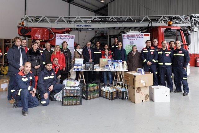 Entrega de alimentos recaudados por bomberos del 112 de Los Corrales