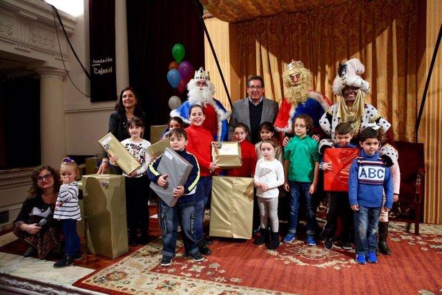 Los Reyes Entregan Más De 750 Regalos A Niños Sin Recursos
