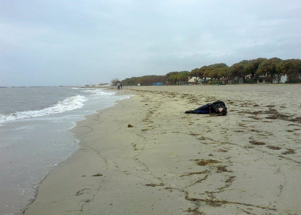 El cuerpo de un inmigrante tras ahogarse en Turquía