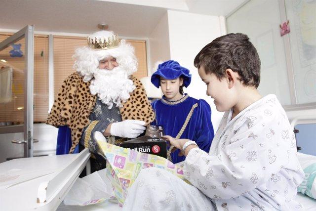 Los Reyes Magos visitan el Hospital Infantil de Zaragoza
