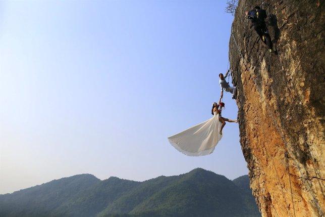 Aficionado toma instantánea de la boda con su novia en las alturas