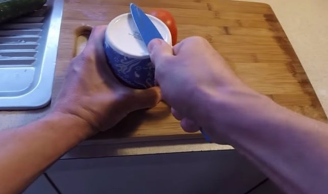 Truco para afilar cuchillos con una taza