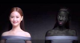 """Polémica en Tailandia por un anuncio """"racista"""" que vende una crema blanqueadora para mujeres"""