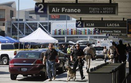Evacuan una terminal del aeropuerto de Los Ángeles por una falsa amenaza de bomba