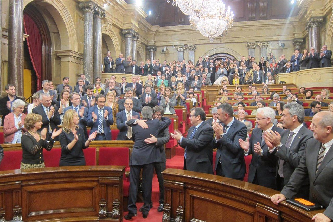 Carles Puigdemont y Artur Mas se abrazan en el pleno de investidura