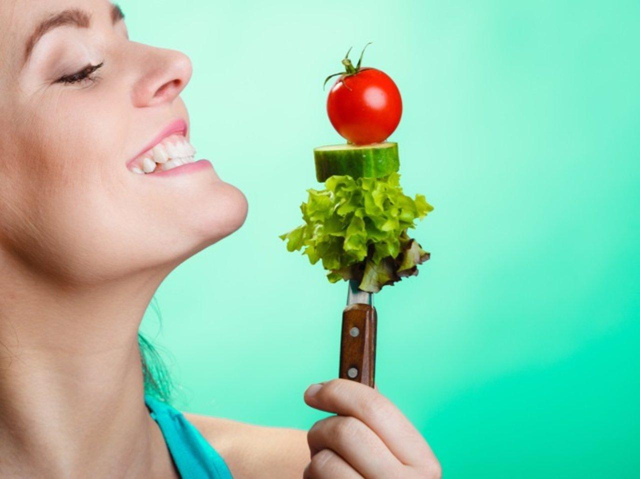 Dieta vegetariana, comer vegetales, tomate, ensalada, sonrisa