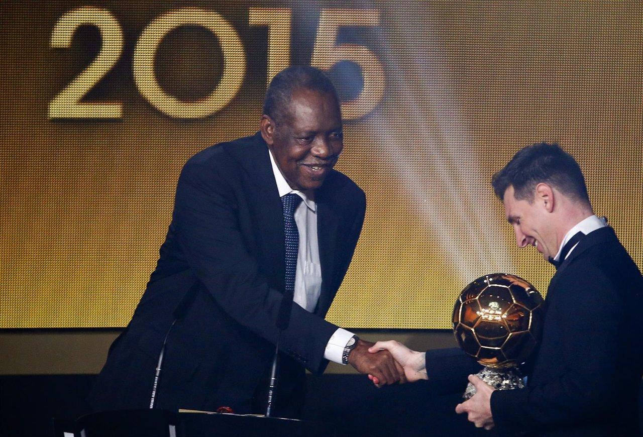 Messi recibe el balón de oro 2015