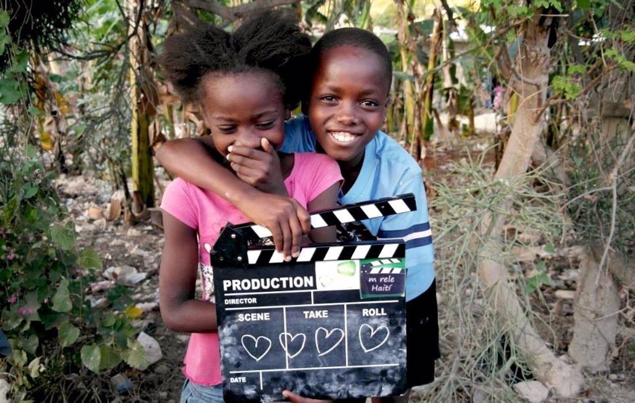 Dos niños participantes en un proyecto documental en Haití