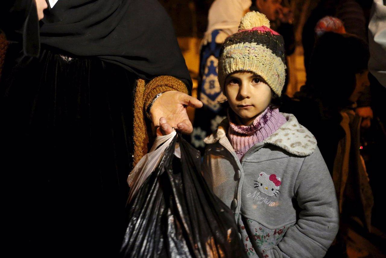 Niña siria abandona Madaya tras llegada de convoy humanitario