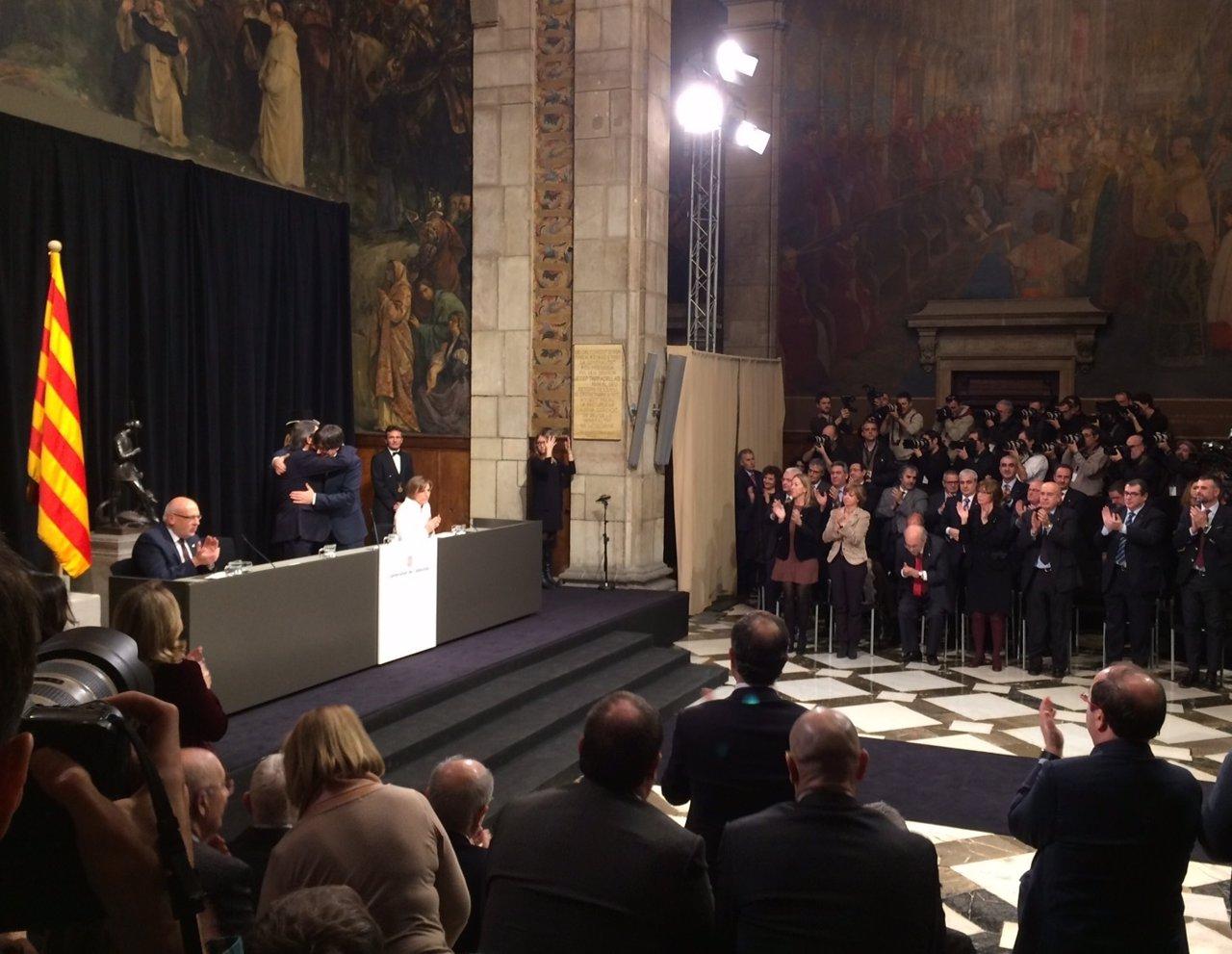 Artur Mas y Carles Puigdemont se abrazan en la toma de posesión de este
