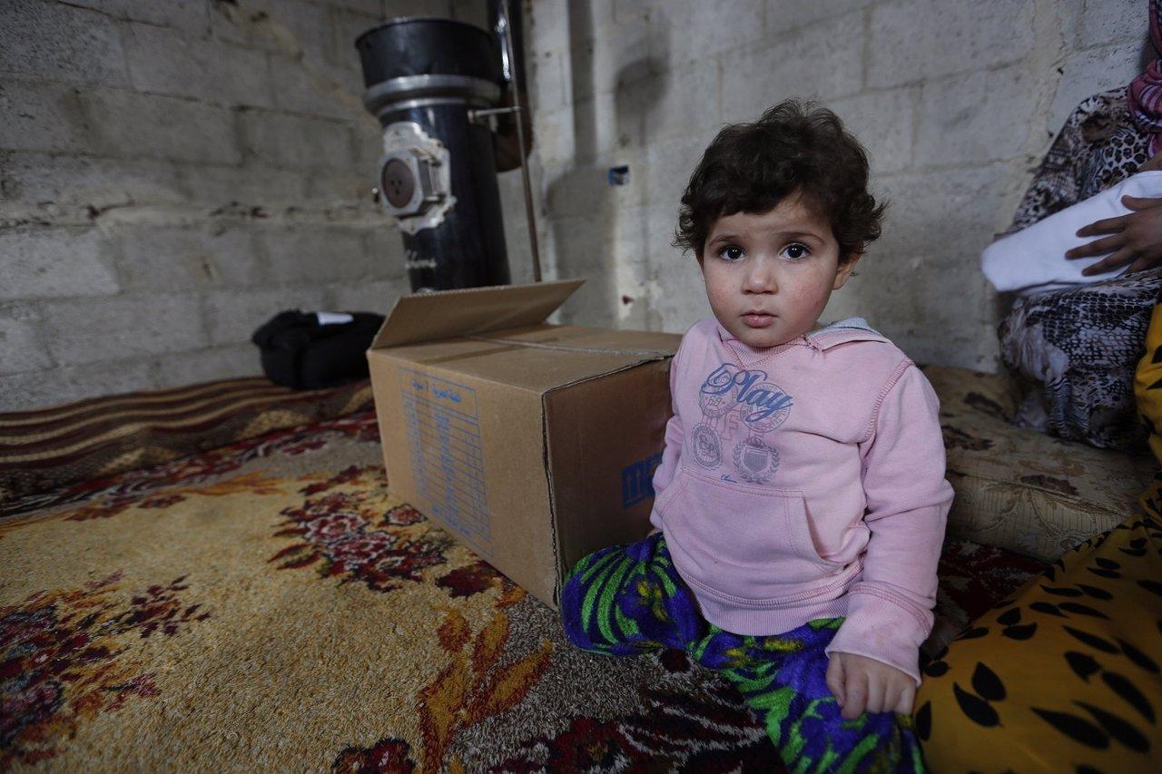 Niño refugiado sirio con frío