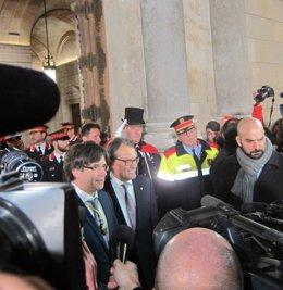 Artur Mas y Carles Puigdemont salen de la Generalitat tras la toma de posesión