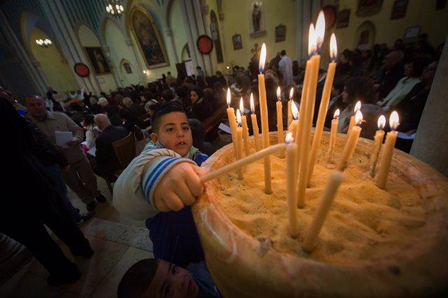 Niño en una misa en Beit Jala
