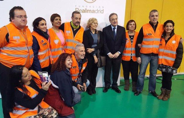 Carmena y Florentino Pérez con lso voluntarios de la Escuela de integración