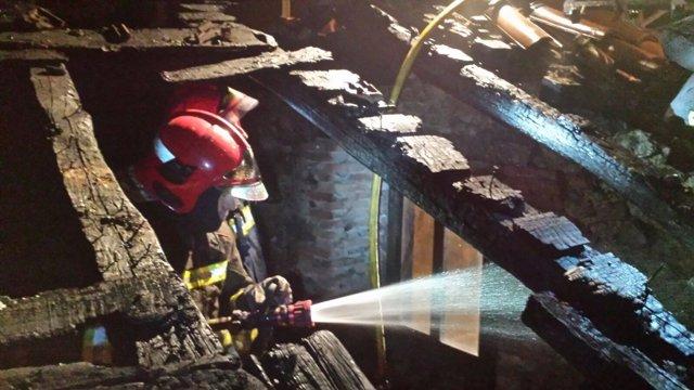 Los bomberos apagando el incendio de la chimenea