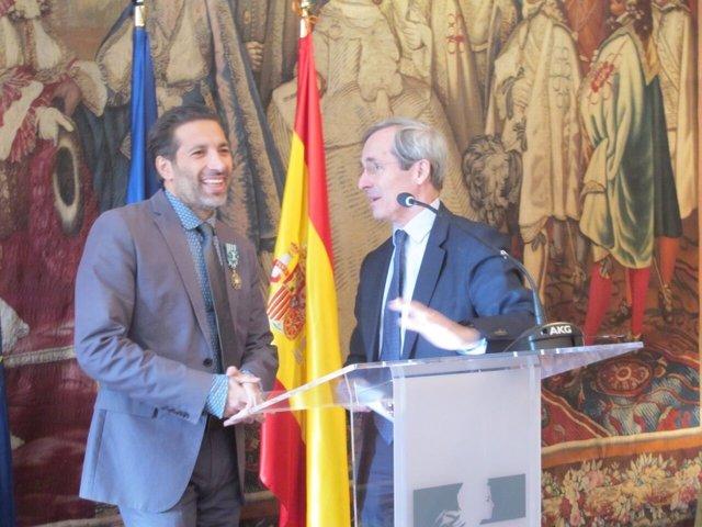 Israel Galván, insignia Oficial de la Orden de las Artes de Francia